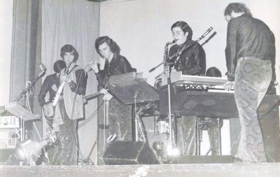 .1968. Sur scène à l'Arbresle .révolutionnaire!..l'orgue Hammond et la cabine Leslie qui nous démontaient le dos!